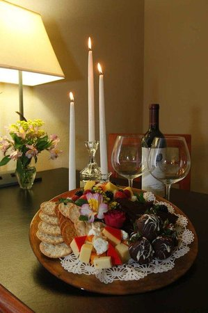 Embassy Suites Hotel Louisville: Wine & Cheese