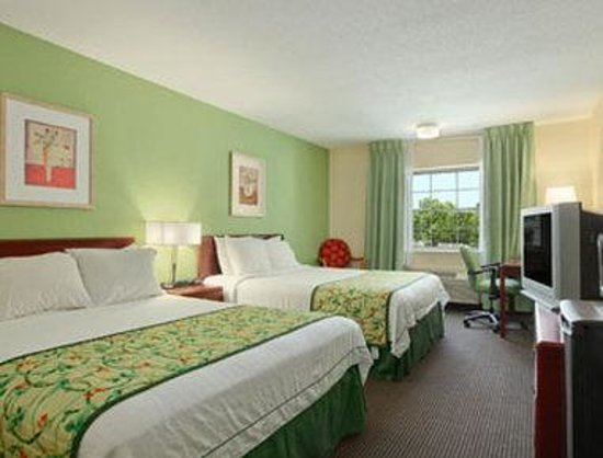 Baymont Inn & Suites: Standard Two Queen Beds