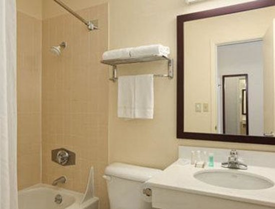 Baymont Inn & Suites: Bathroom