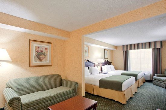 Holiday Inn Express Williamsburg: Newly relaunched king suite with sitting area