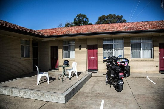 East Maitland, Australia: Parking just outside the room.