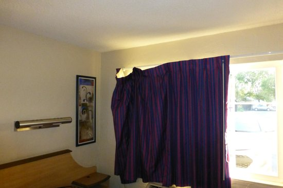 Motel 6 San Jose Airport Central: Window Curtain hanging down