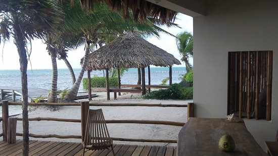 La Perla Del Caribe : View of the side off the porch 