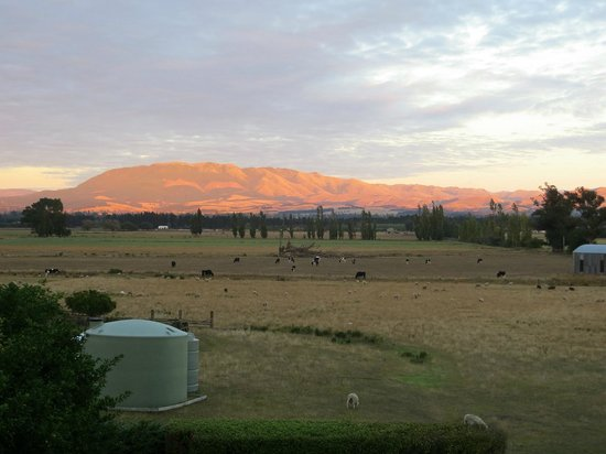 Amberley, Neuseeland: Early morning sun on foothills