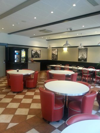 Ibis Tour Eiffel Cambronne : Retro Chic Breakfast Area 
