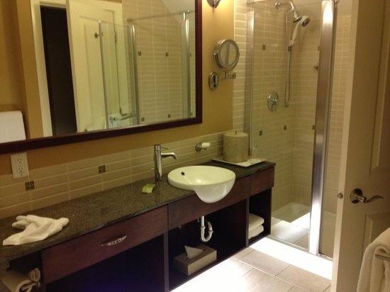 Summerland Waterfront Resort &amp; Spa: Nice modern bath with separate shower