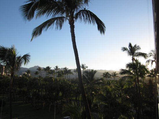 The New Otani Kaimana Beach Hotel: Daytime view towards the mountains
