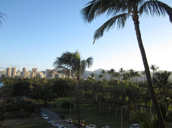 The New Otani Kaimana Beach Hotel: Sunny day view of the mountains