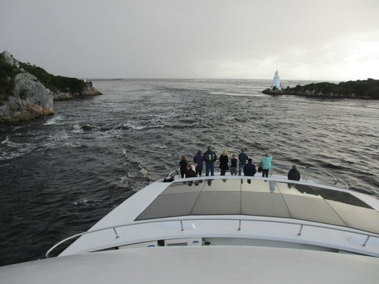 Strahan, Australien: Heading out to sea through Hells&#39; Gate....