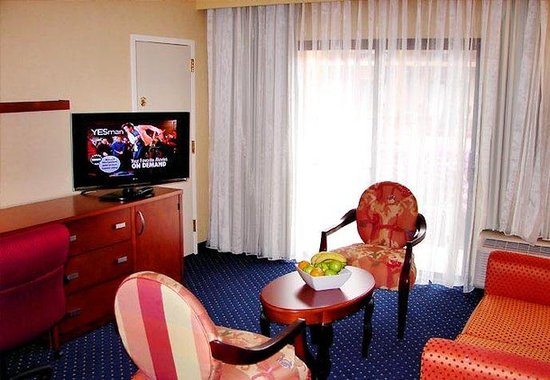 Courtyard by Marriott Chicago Glenview: King Suite