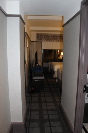 Отель Park Central: view of room from door - bathroom is on the right