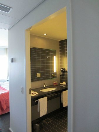 Crowne Plaza Copenhagen Towers: Vista del bagno