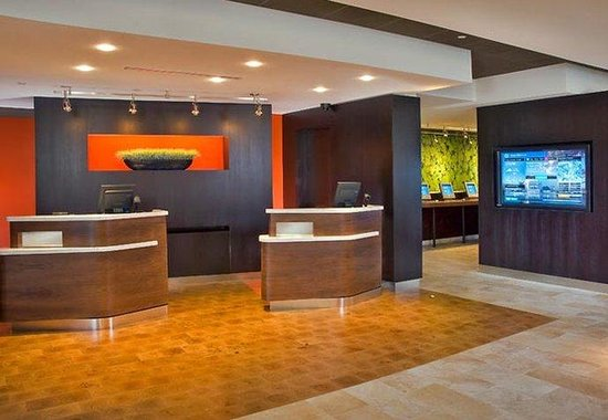 Courtyard by Marriott Fort Collins: Welcome Pedestals