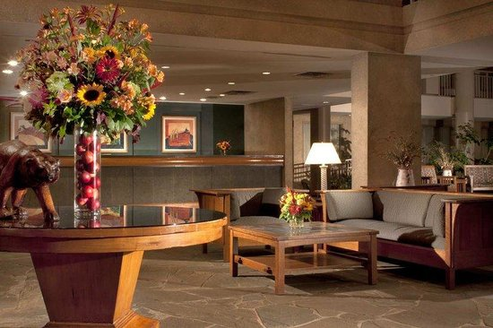 Embassy Suites Hotel Syracuse: Lobby and Front Desk