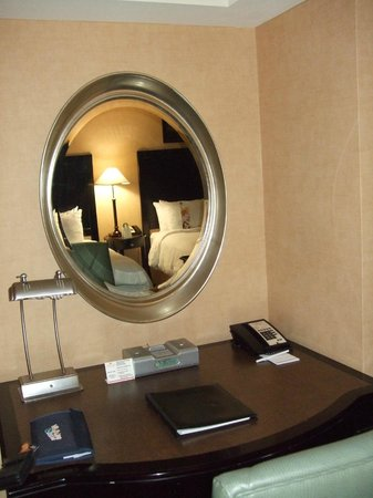 Crowne Plaza Chicago Magnificent Mile: Mirror, mirror on the wall?