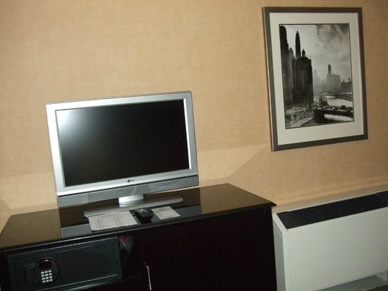 Crowne Plaza Chicago Magnificent Mile: Television off, time to explore Chicago