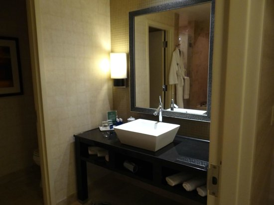 MotorCity Casino Hotel : Sink in bathroom in room