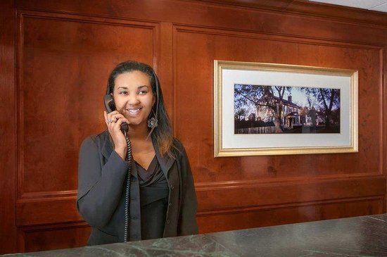 Embassy Suites Williamsburg: Front Desk