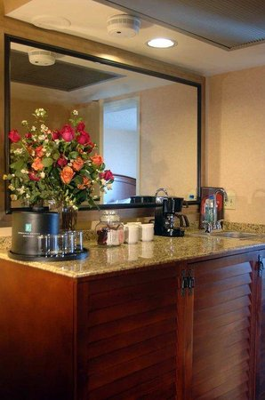 Embassy Suites Hotel San Francisco Airport (SFO) - Waterfront: Wet Bar