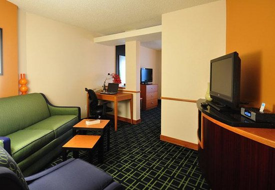 Fairfield Inn Fort Collins Loveland: Executive King Suite Living Area