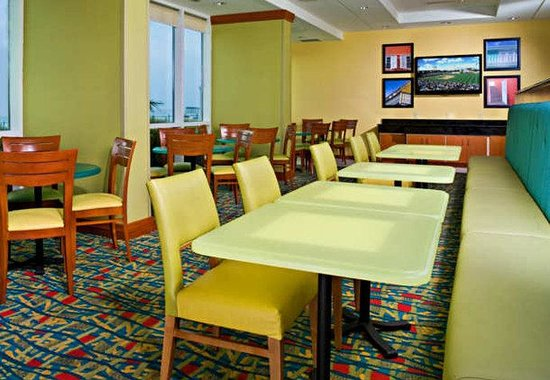Fairfield Inn & Suites Virginia Beach Oceanfront : Breakfast Area