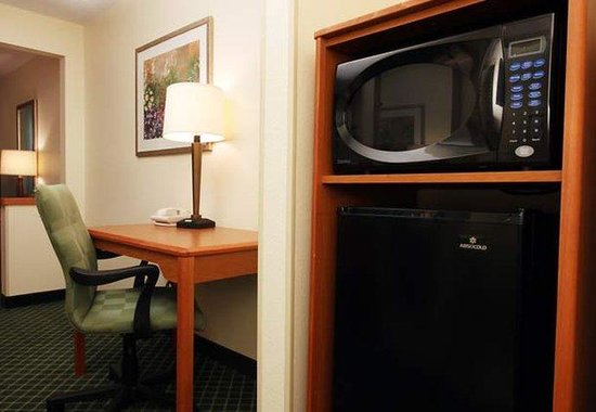 Fairfield Inn Chicago Gurnee : Executive King Guest Room Amenities