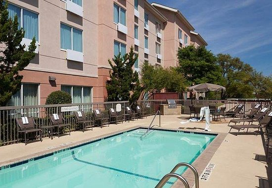 Fairfield Inn &amp; Suites Austin Northwest/Arboretum: Outdoor Pool