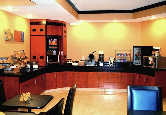 Fairfield Inn & Suites Billings : Breakfast Bar