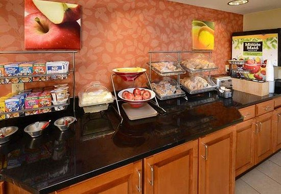 Fairfield Inn & Suites Hopewell: Breakfast Bar