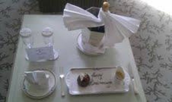 The Merrion Hotel: Complimentary champagne and cake in our room