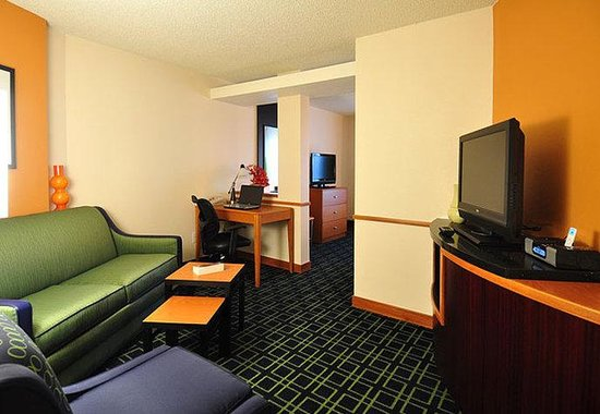 Fairfield Inn Denver Aurora: Executive King Suite Living Area