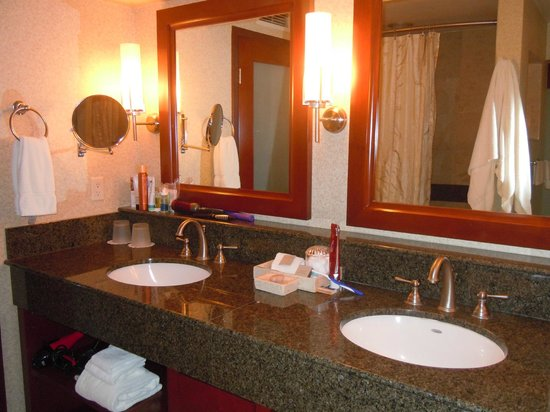 Monterey Bay Inn : Very clean bathrooms!