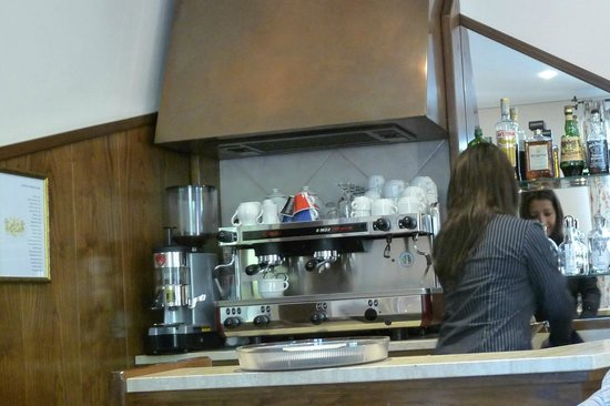 Villa Raffaello Park Hotel : Barrista in breakfast room
