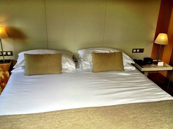 Grand Hotel Central: Large, comfy bed