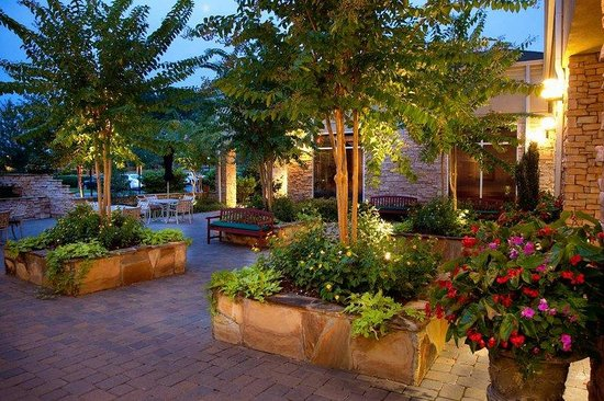Hilton Garden Inn Atlanta NW / Kennesaw Town Center: Courtyard