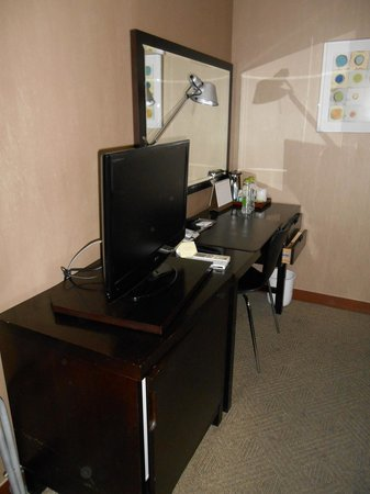 Metro Hotel: Standard Room C desk and TV