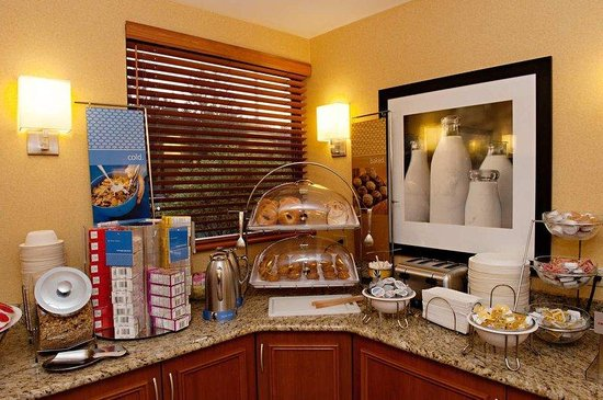 Hampton Inn Portland Airport: Free Hot Breakfast