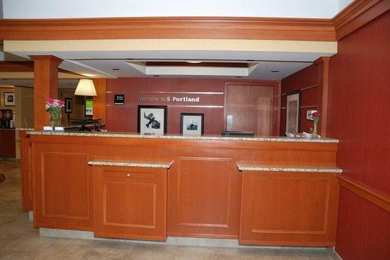 Hampton Inn Portland Airport: Front Desk