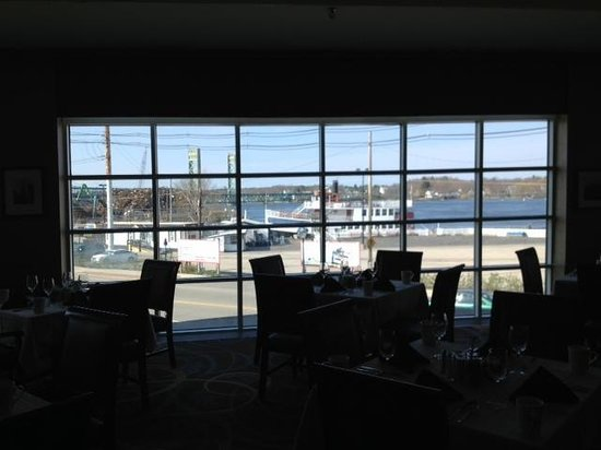 Sheraton Harborside Hotel Portsmouth: Industrial views from lobby dining room.
