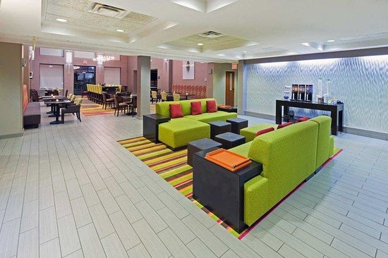 Hampton Inn and Suites Tulsa - Woodland Hills: Hotel Lobby