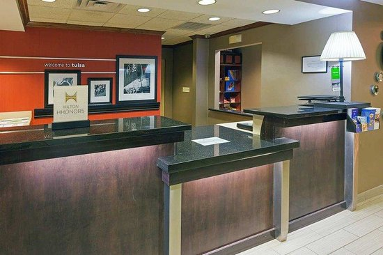 Hampton Inn and Suites Tulsa - Woodland Hills: Registration Desk