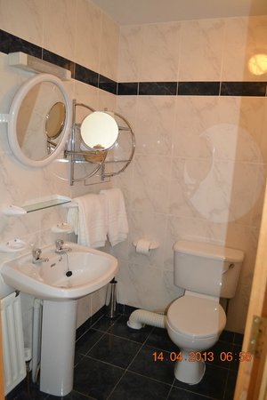Dunmore East, ไอร์แลนด์: Large Sparkling Clean Bathroom