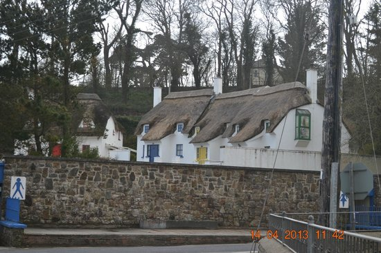Dunmore East, Irland: Thatched Cottages Across the Street