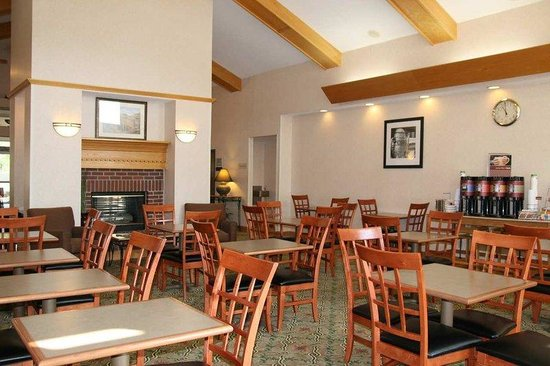 Hampton Inn and Suites Ft. Wayne North: Breakfast Seating Area