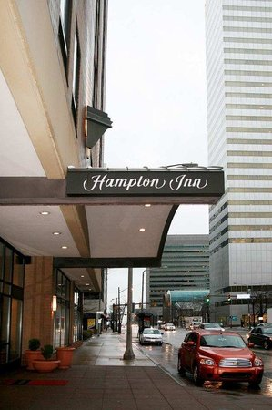 Hampton Inn Cleveland Downtown : Hotel Entrance 