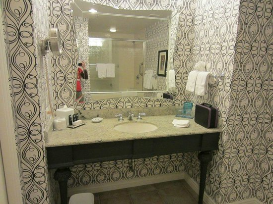 Hotel Monaco San Francisco - a Kimpton Hotel: Bathoom mirror and sink in Superior Kings Suite
