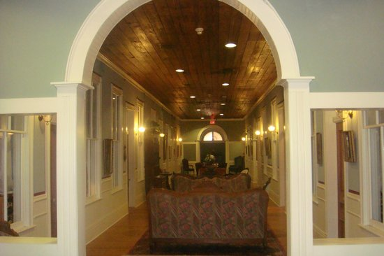 Ant Street Inn: Parlor from a different view.