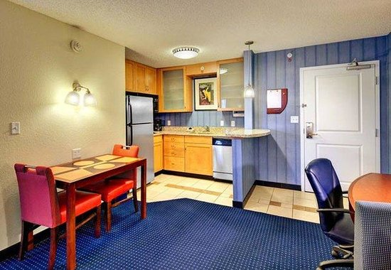 Residence Inn Ocala: Suite Kitchen