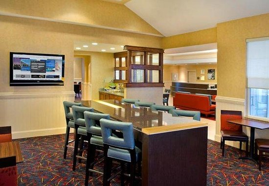 ‪‪Residence Inn Poughkeepsie‬: Communal Table‬