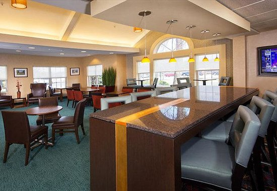 Residence Inn by Marriott Charlottesville: Communal Table